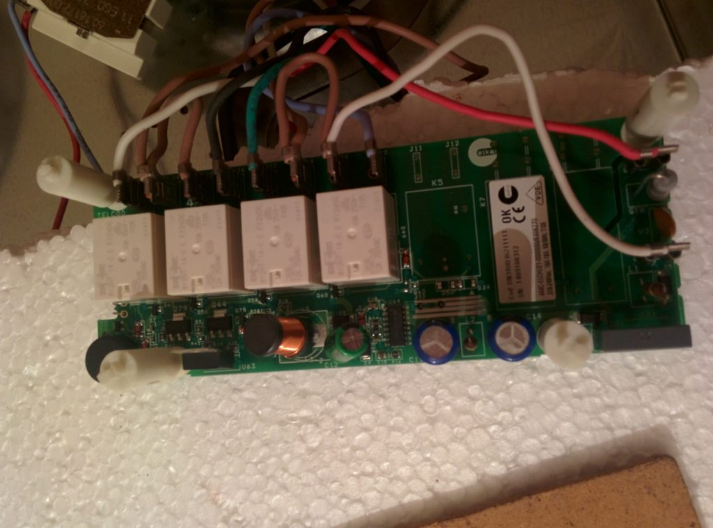 Удешевлённый блок питания на дросселе вместо трансформатора.  Без галванической развязки.  При выходе контроллера питания из строя  высокое напрядение в  300 вольт проходит в низковольтную часть схемы.